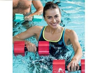 Vá à piscina mais próxima e aproveite para exercitar o físico. Fuja à rotina e faça um treino dentro e fora de água. Ganhe uma sensação de bem-estar imediata e melhore a qualidade de vida.