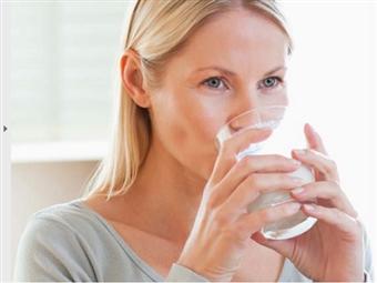 A água é por vezes esquecida na nossa rotina alimentar. Beba 7 ou 8 copos por dia. A sua saúde agradece.