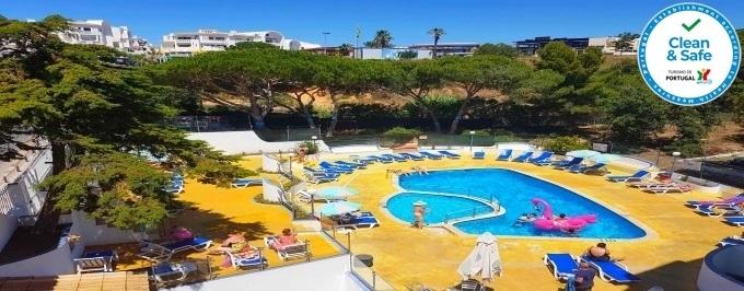 Apartamentos Turísticos Soldoiro: 1 ou 2 noites com Pequeno-almoço em Albufeira, Apartamento T1 para 4 pessoas, Vista Mar, com acesso a Piscina.