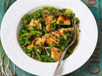 Frango com feijão-verde e ervilhas. Com especiarias que tornam o prato ainda mais atrativo e saboroso!