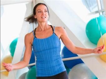 Quem não se recorda das brincadeiras de infância, como saltar à corda? Queime calorias, tonifique e melhore a capacidade cardiorrespiratória!