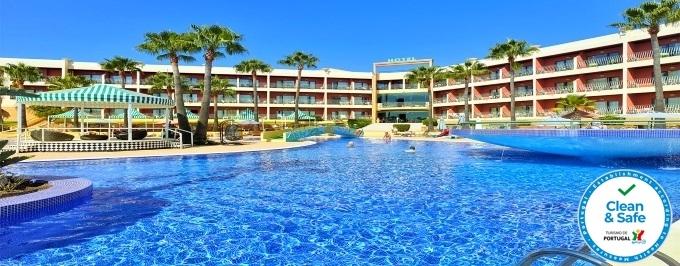 Romance no Algarve: 2 Noites no Hotel Baía Grande 4* com Pequeno-Almoço, Jantar, Música ao Vivo e Oferta de Boas Vindas.