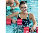 Vá à piscina mais próxima e aproveite para exercitar o físico. Fuja à rotina, faça um treino dentro