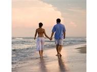 Aproveite as férias para caminhar na praia. Uma atividade que pode fazer sozinho ou enquanto convers