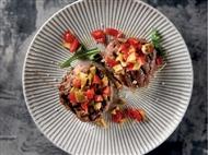 Coleção Receitas Facílimo: Bifes de lombo com tomate e azeitonas. Faça já download do eBook e áudio